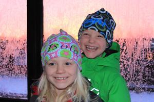 En kall lördagmorgon i början av december fick vi bråttom när solen gick upp. Rimfrost på rutorna och skär himmel. Vilket julkort detta kan bli. Snabbt på med overaller och mössor och ut på altanen.Resultatet blev fantastiskt. 2 glada ungar, Isola och Kasper, och ett underbart fotografi som nu skickats ut till släkt och vänner.God Jul!