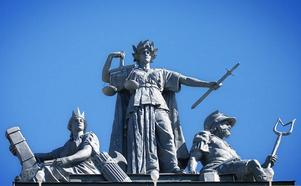 Takskulpturen på stadshuset representerade makten: Statskonsten, Rättvisan och Nattvakten.