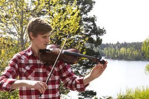 För sin skicklighet med fiol och trummor tilldelades Anders Åkered, 26, Söderhamns kulturstipendium för unga musiker 2009.
