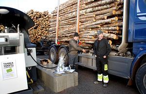 Tankstationen invigdes genom att Mikael Säfström tankade Roger Jakobssons timmerbil.