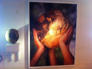 Leif Wikners träklot visas i dubbel upplaga – som fotografier och fysiska objekt.