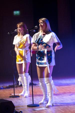 Nästan Abba. Säsongens första julkonsert i Konserthuset var bandet 1974 Tribute to Abba som bjöd på gamla, välkända Abba-låtar. Det var sällan särskilt lugnt i bänkraderna – publiken uppmanades till både dans och att svänga med armarna i takt.