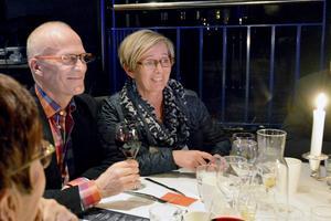 Bill och Elisabeth Lundgren uppskattar den festliga inramningen men är mest nöjda med att konserten är så intim, som att sitta i ett vardagsrum.