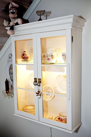 Även detta är ett uppiffat Ikeaskåp som Kristina målat om och satt en krönlist på.