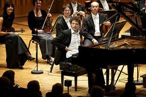 Ung och lovande. I årets sista abonnemangskonsert tolkade Peter Friis Johansson Clara Schumanns Pianokonsert tillsammans med Västerås sinfonietta.