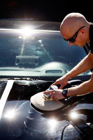 André Magnusson polerade en Chevrolet Corvette så att den glänste i solskenet.