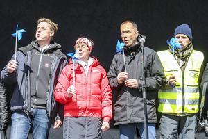 Erik Brandsma, generaldirektör Energimyndigheten, Gunilla Zetterström Bäcke, kommunalråd, Ikeas landschef Sverige, Håkan Svedman och Paul Stormoen, vd för OX2 som byggt parken, inviger vindkraftverken genom att blåsa i gång dem.