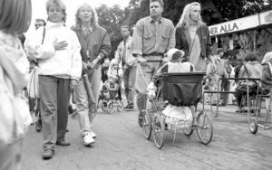 Unga föräldrar strosar på leken 1991.