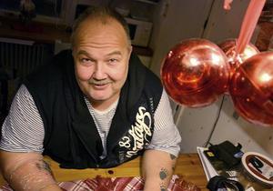 Per-Erik Persson gläds åt den julklapp som humanistiska nämnden levererade till Tallbackens vänner.