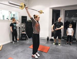 Chloe Pettersson lyfter högt efter instruktioner av Tomas Östlund.