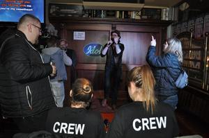 En av många duktiga sångare under lördagskvällen var Mikael Novak, Falun, som fick igång publiken när han sjöng inför Idols crew och talangscouter på Engelska puben i Falun.