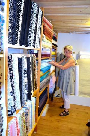 Stort tyglager. Tygerna importeras från USA med tryck från Japan.- Japan är världsledande på att trycka mönster på tyger, säger Lilian Berggren.