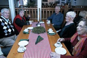 Ann-Mari Pettersson, Rolf Wikman, Birger Almén, Gunni Östman och Engla Andersson hade åkt med buss från Sandviken för att fira en gnutta jul i hälsingegården Ol-Anders, där det bland annat bjöds på kaffe med dopp i form av 17 sorters kakor.