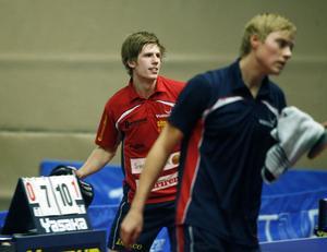Johan Sondell kan inte göra annat än att må gott efter sin vinst mot Andreas Törnkvist. Törnkvist snuvade Sondell på den sista platsen i EM-laget. Nu tog Sondell revansch och Suif besegrade Frej Växjö med hela 5–0.