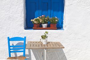 Kritvita hus och blå fönsterluckor, en vanlig syn på de grekiska öarna.
