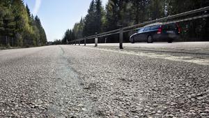 Asfalten på väg 66 mellan Surahammar och Västerås har djupa spår. Nu ska det asfalteras om.