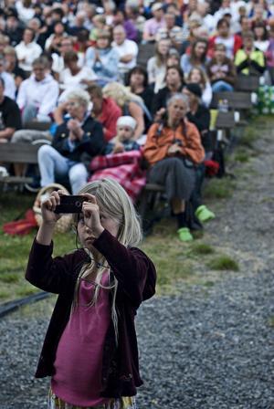 Många ville få en bra bild av Anna Bergendahl under hennes spelning.