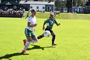 Själevads mittback Erika Strandberg har koll på en Assispelare.