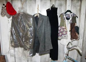 Kläderna som Lars Theodor bar finns upphängda på väggen, allt från den röda mössan till nätbrynjan.