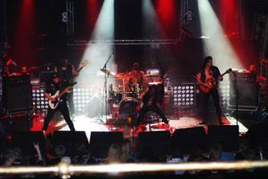 Steelwing fick Östersundspubliken med sig i sitt AC/DC-doftande sound trots att de är relativt okända.