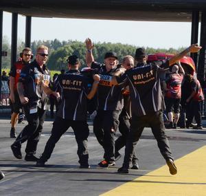 Så här glada blev de i Habermanns team över det nya Europarekordet i Top metanol dragster.