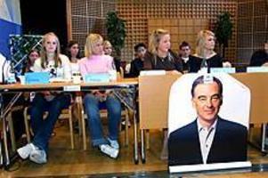 Foto: LEIF JÄDERBERG Knivig roll. Källmursskolans elever var pålästa i sina roller som politiker. Men det är svårt att hitta svar på allt, det visade debatten i Bomhus Folkets hus.