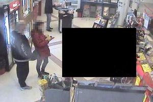 På bilder från en övervakningskamera i en butik i Söderhamn ses mannen bära den stulna jackan.