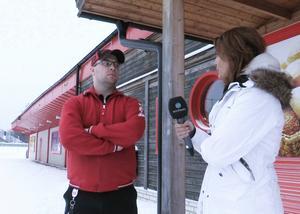 Andreas Helander vill be politikern Elin Nilsson om ursäkt efter att ha förolämpat henne på nätet.
