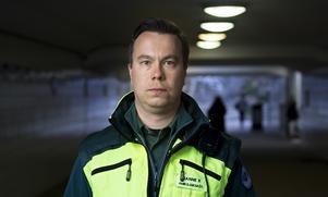 Janne Kautto, ordförande i Riksföreningen för ambulanssjuksköterskor, ser allvarligt på tendenser om ökade responstider inom ambulansen i Gävleborg.