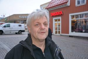 Stefan Bylund, Trehörningsjö:   – Jag ska överraska min fru. Det blir väl en ängel, jag brukar ge henne en varje år –fast olika.