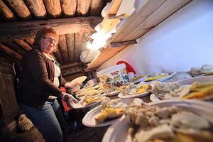 Inger Larsson från Bjuråker lagar traditionell vallmat.