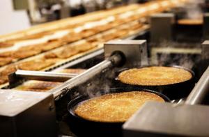 Vi lever i ett öppet Europa, säger Gun-Britt Malmkvist som tvingats konstatera att konsumenterna i allt högre grad väljer billigare pannkakor tillverkade i östra Europa.