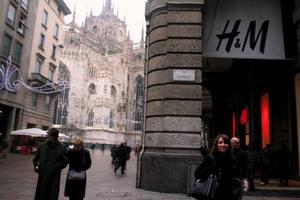 Det finns betydligt mer än H&M för de shoppingsugna som har styrt kosan till modets huvudstad Milano. Denna HM-butik ligger bakom Milanos domkyrka. Foto: Andreas Strömberg
