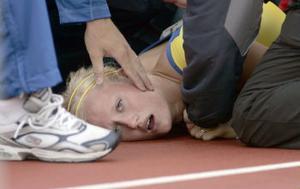 Carolina Klüft fick den stora friidrottspubliken på Ullevi att hålla andan då hon kraschade på korta häcken. Det hela slutade dock lyckligt med en bristning i låret.
