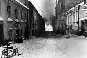 ARKIV 1940 Övergivna hus i Viborg som före kriget tillhörde Finland. Till vänster syns en symasklin och Viborgskringlan som var symbol för bageri och konditori. Viborg blev en del av Sovjetunionen 1940, återerövrades 1941 men förlorades igen 1944..