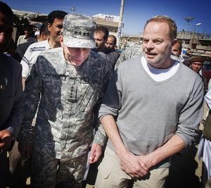 Reporter på fältet. Janne Blomgren intervjuar Natos överbefälhavare David Petreaus i Afghanistan. Foto: Staffan Löwstedt/SvD