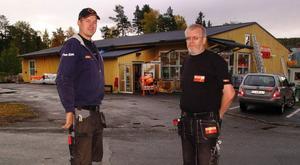 Per-Emil Åkergren och hans inom kort nye anställde Sven-Henrik Östborg framför Stuguns bygg & färg. Foto: Ingvar Ericsson
