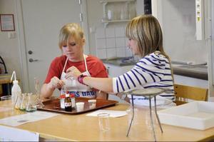 Emilia Nilsson och Felicia Bergsten blandar olika färgnyanser.