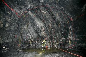 Inne i berget är borrhålen förberedda och laddade. Tre eller möjligen fyra sprängningar i veckan är målet.