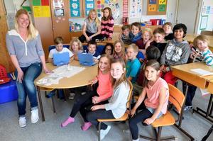 Webbstjärnor. Läraren Victoria Fredriksson med sin klass 3B på Fylstasskolan i Kumla.