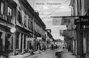 Köpmangatan mot norr. Gunhild Hedréns manufaktur och sybehörsaffär har hängt ut sin öppetflagga till höger. Affären förstördes vid en stor brand 1919. Kafé Ideal hör till teaterhistorien. Här uppträdde den unge Ernst Rolf .