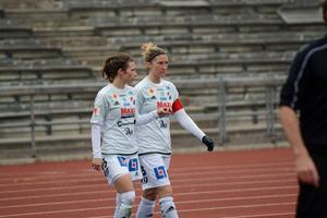 Det blev en ny tung förlust för Kvarnsvedens IK, här Agnes Dahlström och Robyn Decker, borta mot Rosengård.