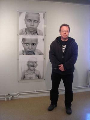 Kent Klich är utbildad psykolog och blev fotograf för att kunna berätta om utsatta människors, särskilt barns, rätt till ett värdigt liv.