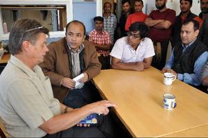Bräckes kommunalråd Sven-Åke Draxten, Bangladeshs förste ambassadsekreteraren Massud Ulalam Bangladesh Work Forces  Mahmoud Rahman och ambassadadministratören Nidjamo Bin träffades i plockarförläggningen  i Bensjö.Foto: Ingvar Ericsson