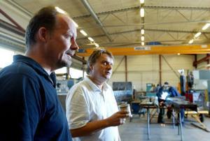—Det känns jobbigt när vi vill satsa, men inte får klart med finansieringen, säger ägaren Anders Sundqvist. Här i samspråk med verkstadschefen Sören Brodén.