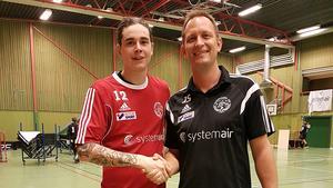 Tränaren Johan Söderström, till höger, hälsar Alexander Åkerlind välkommen till Knäppmora AIK.