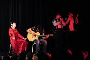 Kommunalråden dansar efter Lisbeths pipa. Randi Sandmon med ackompanjemang av Magnus Sabell får de två kommunalråden i Stig Olsson och Jan Busks gestaltning att dansa.