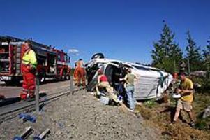 Foto: GUN WIGHVoltade. I minibussen som var på väg till Umeå färdades sju tyska scouter och en svensk. Samtliga fick föras till sjukhus men enligt polisen har ingen livshotande skador.