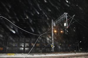 På perrongen hängde trasiga tågledningar. Men elen var avstängd och både tåg och bussar inställda.