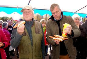 Lars Weslien och Torsten Kjellgren var sugna på korv och glada åt macken.
